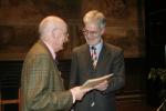 Direktor Thomas Mausbach dankt dem ehemaligen stellvertretenden Schulleiter Heinrich Schütz
